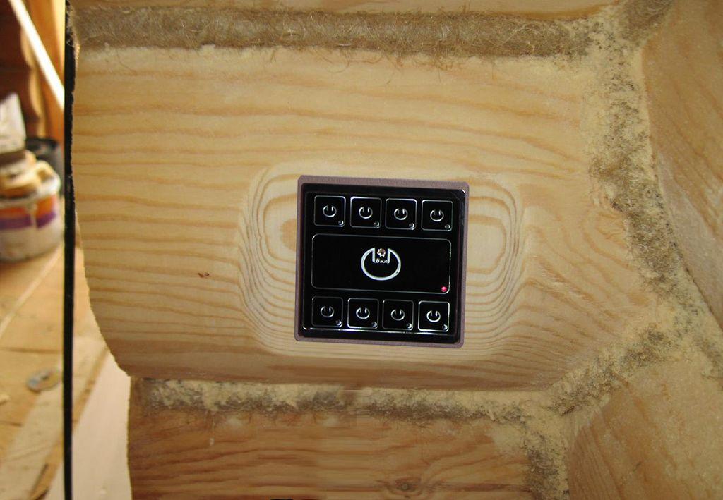 Выключатель одноклавишный с подсветкой в доме из бревна