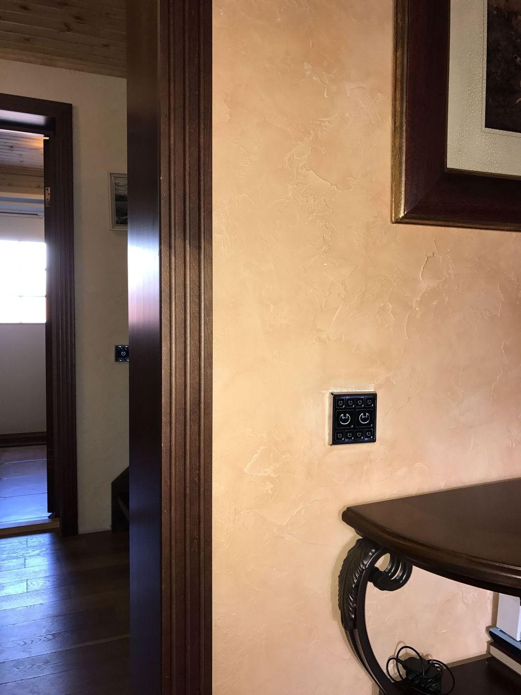 Современный умный сенсорный выключатель света в классическом интерьере с венецианской штукатуркой