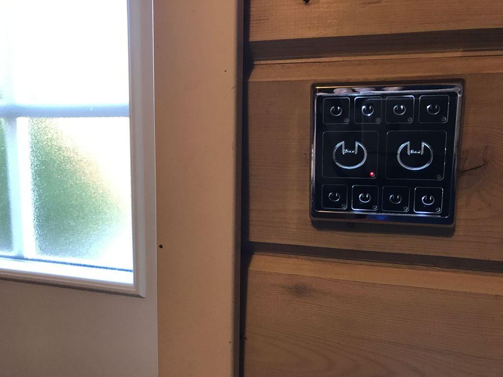 Выключатель с подсветкой в деревянном доме