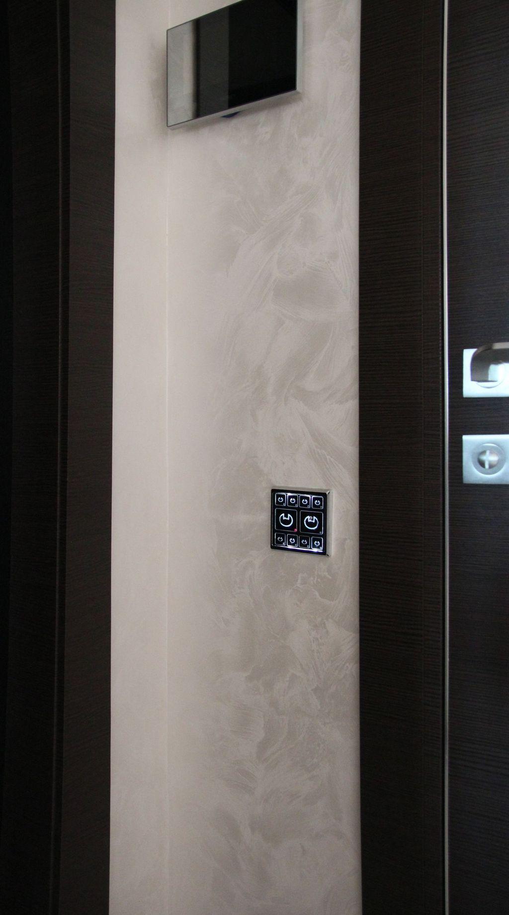 Современный умный сенсорный выключатель света в интерьере с венецианской штукатуркой